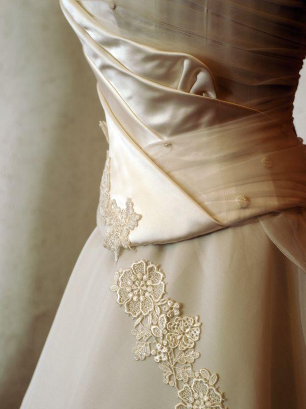 dettaglio abito da sposa color oro