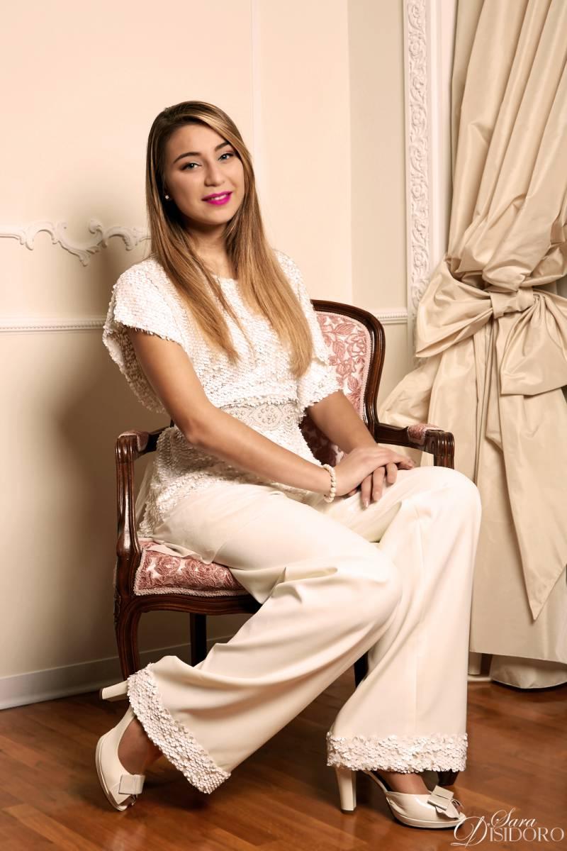 abito da sposa con pantalone seduta