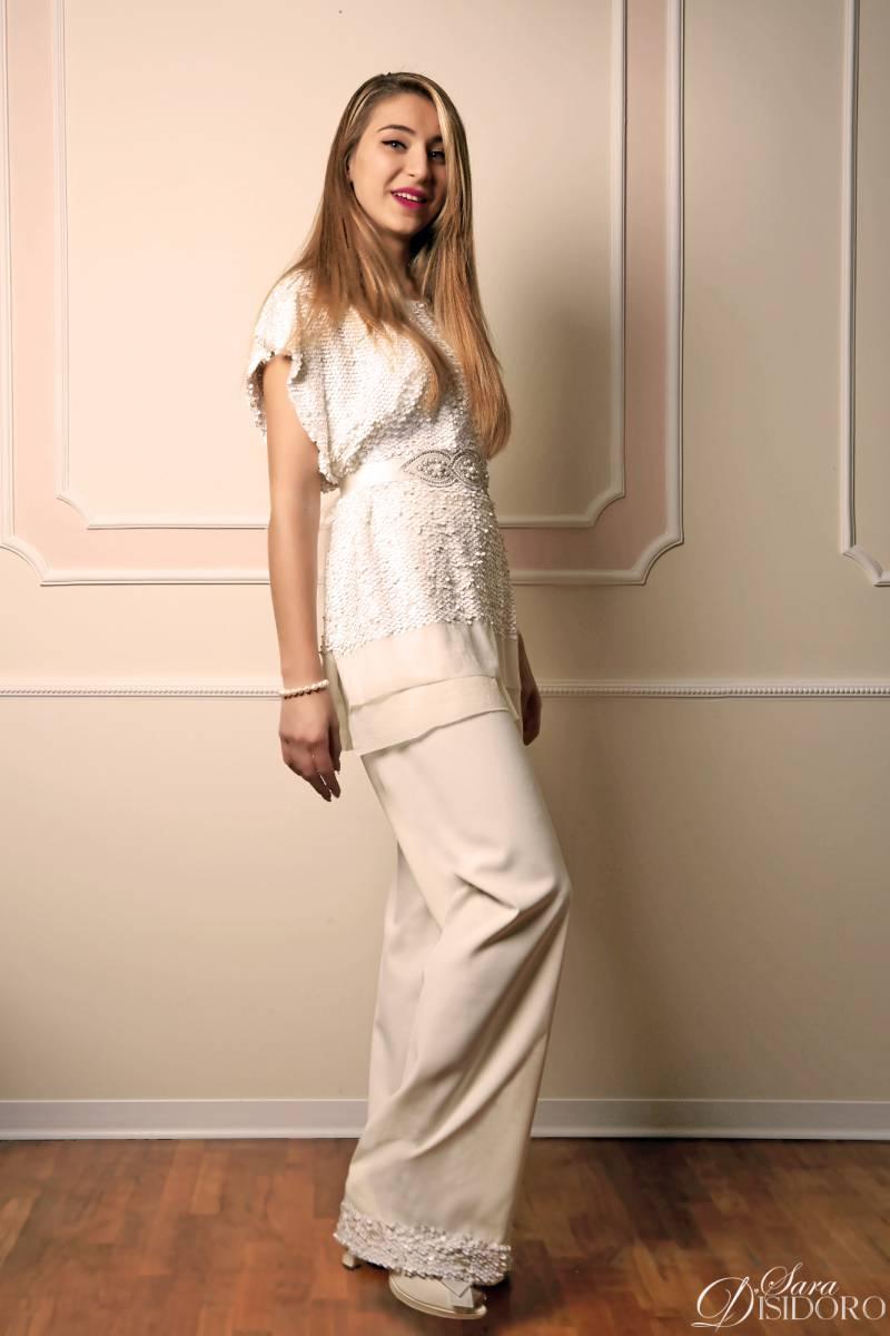 abito da sposa con pantalone in piedi